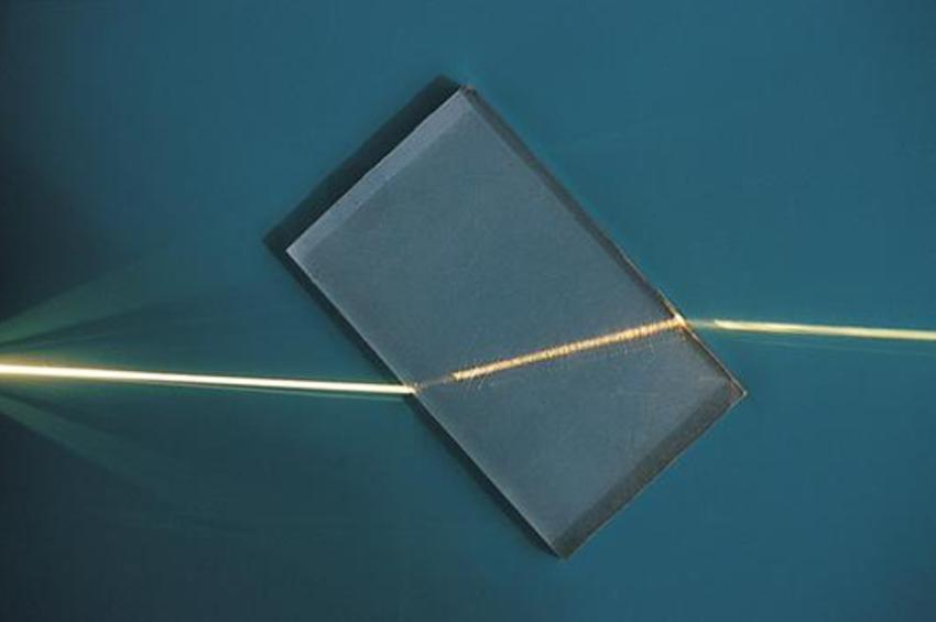 Заломлення променя світла у пластиковому матеріалі