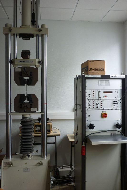 Розривна машина для випробувань зразків на розтягування
