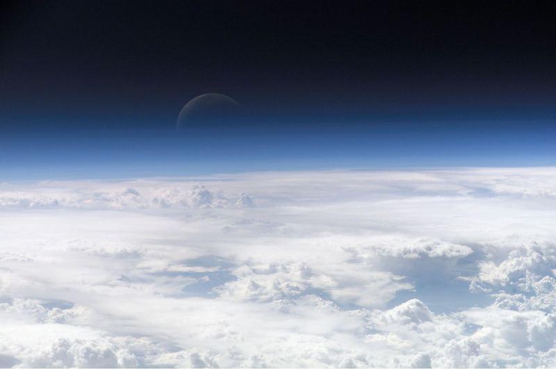 Атмосфера Землі (знімок з МКС, 2006). На великих висотах атмосфера стає дуже розрідженою, тому її присутністю можна знехтувати.