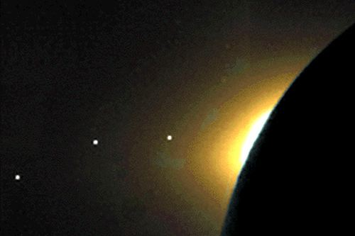 Екліптика у сонячному світлі на тлі Місяця. Зліва направо - Меркурій, Марс, Сатурн.
