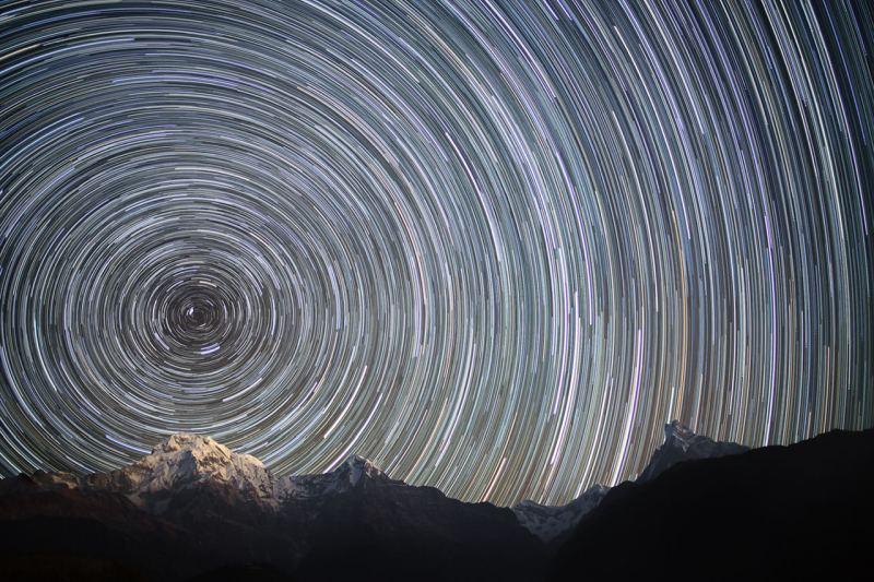 Фото зоряного неба c Землі при багатогодинній експозиції-ілюстрація обертання Землі навколо своєї осі (Полюс світу)