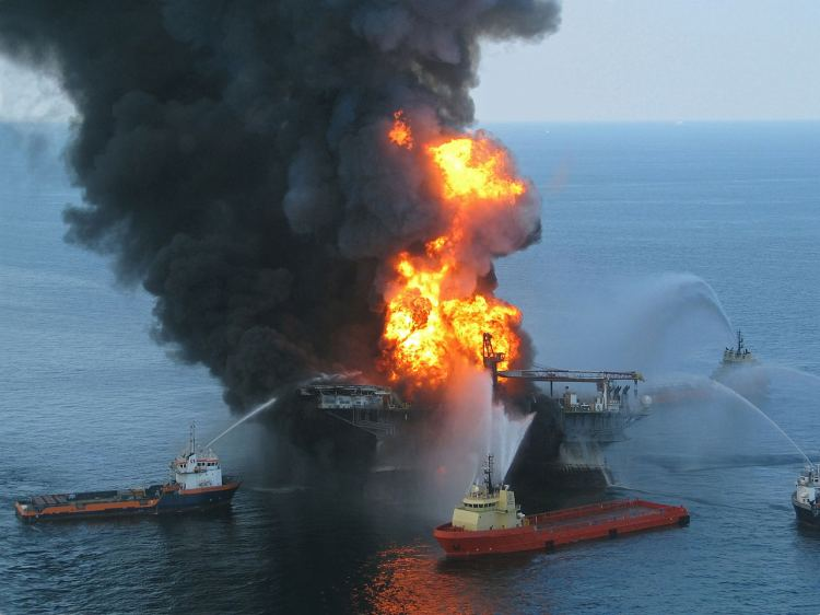 Горить нафтова платформа