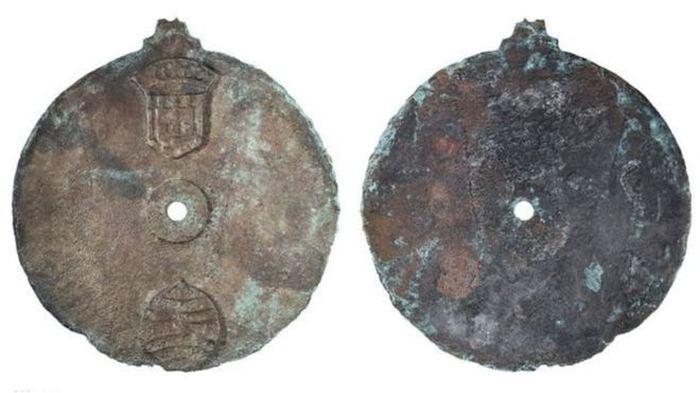 Цю астролябію знайшли на борту корабля, що затонув в Індійському океані у 1503-му році.